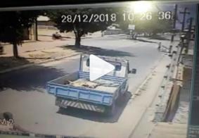 Câmera flagra momento em que caminhão atropela mulher em João Pessoa