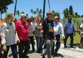 """Ricardo chega ao local de votação e prega respeito: """"Que a gente cumpra o papel da democracia"""""""