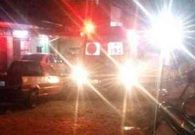 Mulher é morta a tiros e mãe fica ferida após terem casa invadida, na Grande João Pessoa