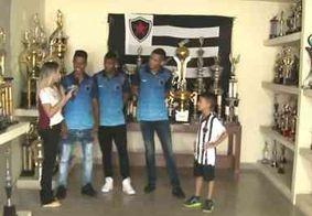 Torcedor mirim fanático pelo Botafogo-PB visita Maravilha do Contorno junto com jogadores