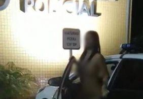 Mulher nua é fotografada saindo de viatura da polícia