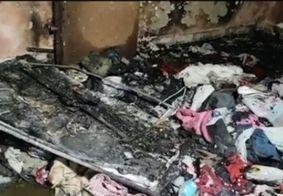 Após esfaquear esposa, homem a tranca com bebê e ateia fogo na casa