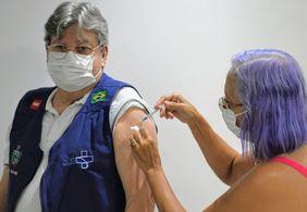 """Governador da PB toma 3ª dose e comemora: """"Viva a ciência e o SUS"""""""