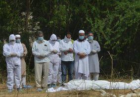Índia faz cremação em massa após bater recorde de novos casos de Covid