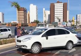 Vídeo: Taxista tem carro roubado e é abandonado em mata