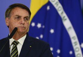 """Em voo comercial, Bolsonaro rebate críticas: """"deviam estar viajando de jegue"""""""