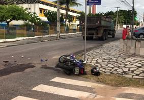 Acidente entre moto e caminhão deixa mulher morta e outra ferida em JP