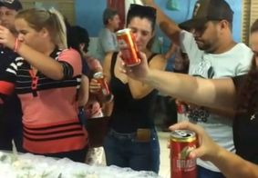 Grupo faz brinde com cerveja durante velório duplo e vídeo viraliza na internet; veja