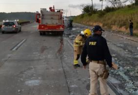 Caminhão carregado de cachaça pega fogo e mobiliza bombeiros na PB