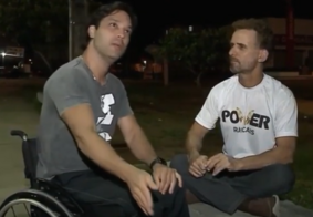 Homem reclama com outro por estacionar na vaga de deficientes e é agredido