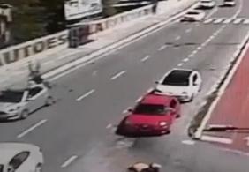 Vídeo: motociclista 'voa' após colidir com carro em João Pessoa