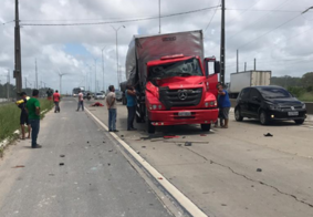 Homem fica preso às ferragens após colisão entre caminhões em rodovia na PB