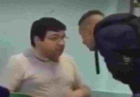 Aluno dá soco em rosto de professor no meio da aula; câmera flagra