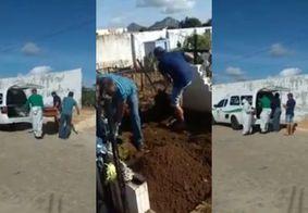Sem coveiro, parentes enterram corpo de vítima da Covid-19 na Paraíba