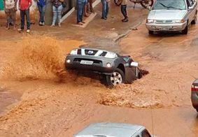 Vídeo: caminhonete é 'engolida' por cratera no Distrito Federal