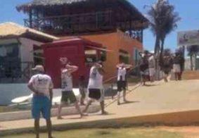 Grupo com 30 torcedores do Santos é detido por roubar chapéus de palha em praia do Ceará