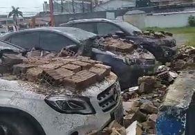 Vídeo | Muro desaba sobre carros em João Pessoa