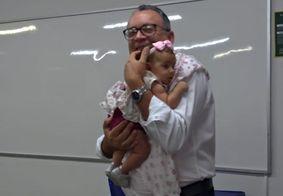 Vídeo: Professor nina bebê para alunar fazer prova em faculdade de JP