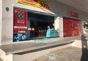 Farmácia tem vitrine quebrada e mais de 20 pacotes de fraldas são levados