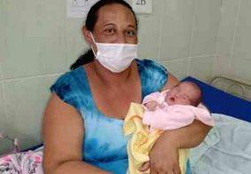 """Mulher de 37 anos descobre gravidez ao dar à luz em banheiro: """"Assustei"""""""
