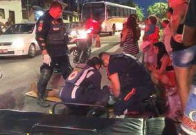 Mulher é atropelada por moto em faixa de pedestres no Miramar, em JP