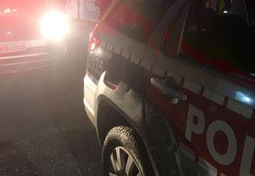 Dupla é presa com drogas e moto roubada após perseguição; suspeitos tentaram se jogar em rio
