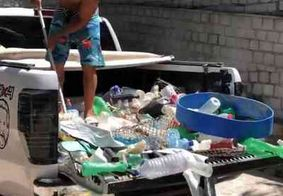 Campeão mundial de surfe enche caçamba de caminhonete com lixo recolhido em praia do RN
