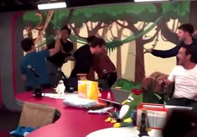 Vídeo   Apresentador e convidado trocam socos durante briga ao vivo