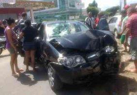 Carro colide com poste e três ficam feridos
