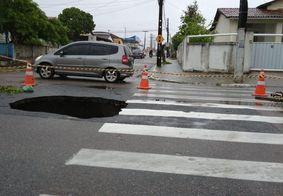 Após chuvas, asfalto cede e abre cratera em bairro de João Pessoa