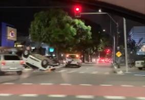 Veículo capota após colisão e bloqueia parte da Beira Rio, em João Pessoa