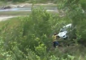 Vídeo: motorista perde controle de carro e capota ao cair em ribanceira, na Paraíba