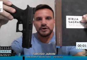 Vereador mostra pistola e bíblia durante sessão da CMJP