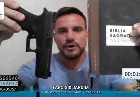 Em defesa a Bolsonaro, vereador de João Pessoa expõe pistola e bíblia em sessão