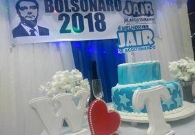 """Casal faz festa de noivado com o tema """"Bolsonaro 2018"""""""