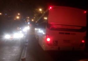 Ciclista fica ferido após se chocar contra ônibus em João Pessoa