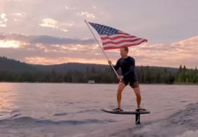 Mark Zuckerbergsurfa com bandeira americana para comemorar 4 de Julho