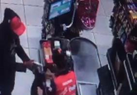 Câmeras flagram assaltantes rendendo funcionários de supermercado