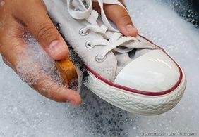 Veja o super truque para remover a sujeira e tom encardido de tênis brancos