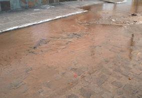 Vazamento de água causa transtornos a moradores de bairro em João Pessoa