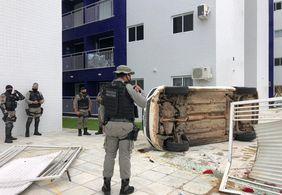 Viatura capota durante perseguição da PM a suspeitos em João Pessoa