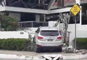 Carro derruba muro e invade casa na orla do Bessa, em João Pessoa