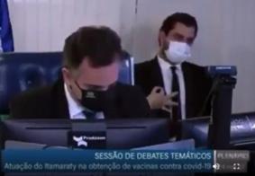 Gesto de assessor de Bolsonaro em sessão no Senado causa confusão e polêmica; veja