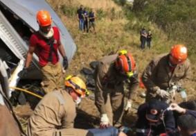 Motorista morre após caminhão sair da pista e tombar, na PB
