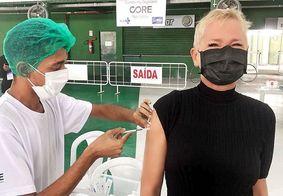"""Xuxa se emociona ao ser vacinada contra Covid: """"Graças a Deus"""""""