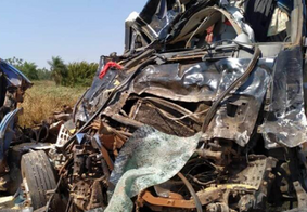 Colisão frontal entre carretas deixa homem morto e outro ferido