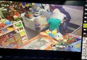 Vídeo flagra criança dando chutes e tapas em bandidos para defender pai
