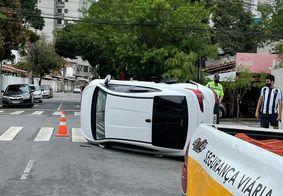 Mulher fica ferida e veículo tomba após colisão em João Pessoa