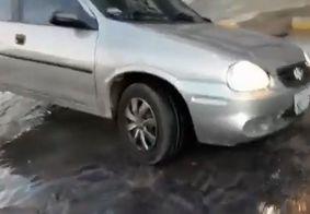 Carro fica preso em buraco provocado por vazamento de água em João Pessoa