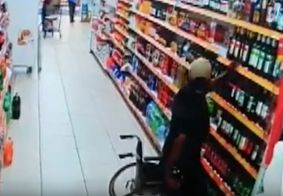 Vídeo mostra momento em que homem levanta da cadeira de rodas e furta uísque